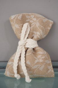 Vintage μπομπονιέρα γάμου πουγκί λινάτσα με δαντέλα και δέσιμο με λευκό κορδόνι Κωδ 839