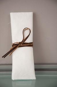 Μπομπονιέρα γάμου με δέσιμο δερματάκι σε καφέ αποχρώσεις Κωδ 900