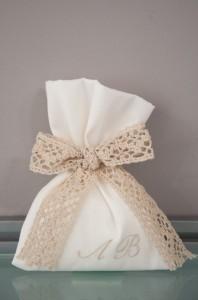 Vintage Μπομπονιέρα πουγκί με τα αρχικά σας και δέσιμο δαντέλα της γιαγιας  φιόγκο Κωδ 904