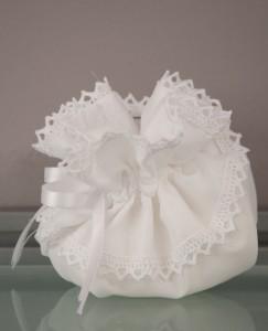 Μπομπονιέρα γάμου σε ιδιαίτερο πουγκί με δαντέλα στα τελειώματα - Κωδ. 948