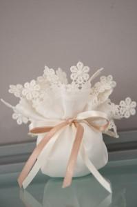 Μπομπονιέρα γάμου λευκό πουγκί με δίχρωμη κορδέλα - Κωδ. 968