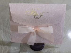 CN0381 - Ιδιαίτερο προσκλητήριο με ανάγλυφο χαρτί στολισμένο με φιόγκο