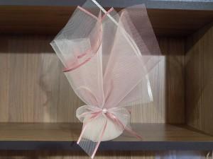 Μπομπονιέρα γάμου τούλινη με λεπτομέρειες λευκές και στο χρώμα του σάπιου μήλου, δέσιμο με αντίστοιχη κορδέλα και πέρλα