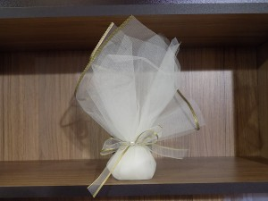 Μπομπονιέρα γάμου σε τούλι γάζα με λεπτομέρειες σε λαδί χρώμα