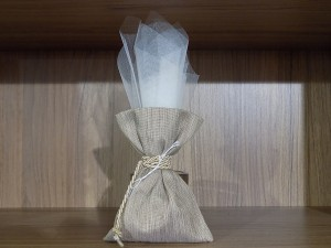 Μπομπονιέρα γάμου πουγκί σε γήινους τόνους μέσα από το οποίο βγαίνει ψηλό τούλι