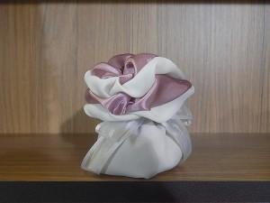 Μπομπονιέρα γάμου δίχρωμο πουγκί σε τόνους του λευκού και του σάπιου μήλου