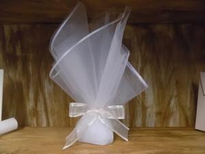 Μπομπονιέρα γάμου τούλινη με δαντέλα στο τελείωμα σε λευκούς τόνους