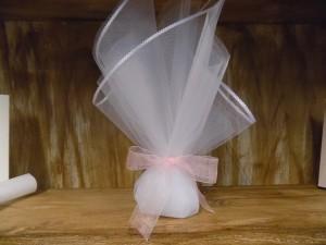 Μπομπονιέρα γάμου τούλινη με δέσιμο κορδέλα σε απαλούς τόνους του ροζ της πούδρας