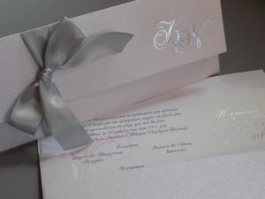 CN0642 - |Προσκλητήριο γάμου με ασημοτυπία τόσο στο φάκελο όσο και στην καρτολίνα