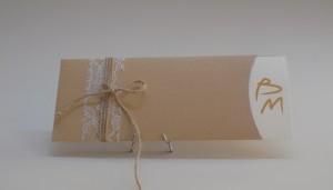 Προσκλητήριο γάμου σε Οικολογικό φάκελο craft με δέσιμο δαντέλας  1,10€