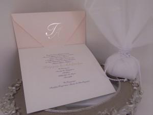 Προσκλητήριο γάμου με χρυσοτυπία σε φάκελο και καρτολίνα τα αρχικά των ονομάτων του ζευγαριού