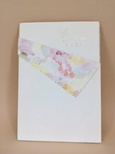 Προσκλητήριο γάμου με χρωματισμούς νερομπογιάς και χρυσοτυπία τα μονογράμματα σε ροζ χρυσό 2