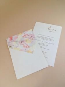 Προσκλητήριο γάμου με χρωματισμούς νερομπογιάς και χρυσοτυπία τα μονογράμματα σε ροζ χρυσό 3