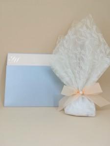Σετ προσκλητηρίου και μπομπονιέρας γάμου σε τόνους του απαλού γαλάζιου και σομόν 1