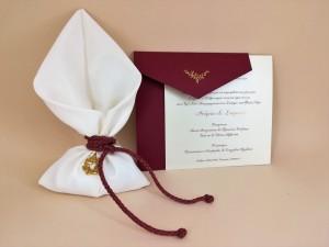 Σετ προσκλητήριο μπομπονιέρα με κυρίαρχο χρώμα το πολυτελές μπορντώ σε συνδυασμό με το χρυσό 4
