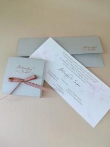 Σετ Προσκλητήριο και μπομπονιέρα κουτί σε τόνους του γκρι και του σάπιου  μήλου με ροζ χρυσή θερμοτυπία
